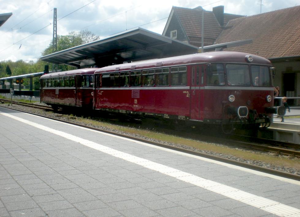 796 784 und 796 785 der Vulkan-Eifel-Bahn im Bahnhof Türkismühle.